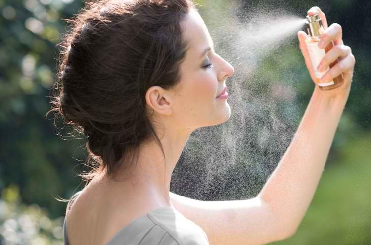 اسپری کردن تونر پوست