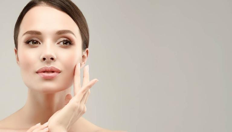 بهبودی پوست با استفاده از سرم ویتامین C برای پوست چرب