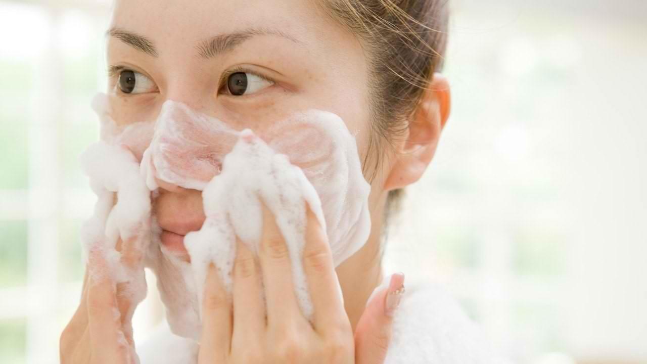 تفاوت بین شوینده های معمولی و فوم شستشوی صورت