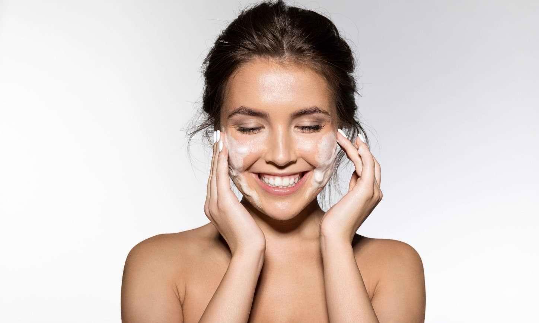 نحوه انتخاب فوم شستشوی صورت برای درمان جوش صورت و آکنه
